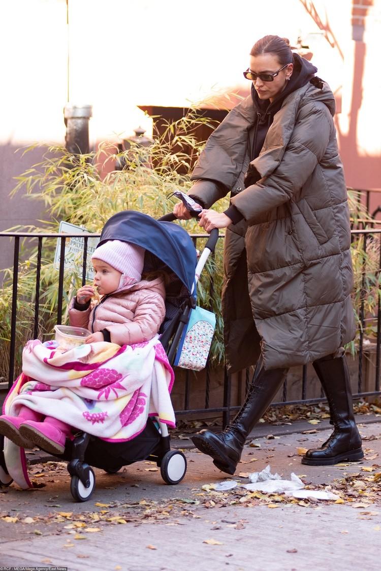 Ирина часто гуляет по улицам Нью-Йорка с дочкой Леей.