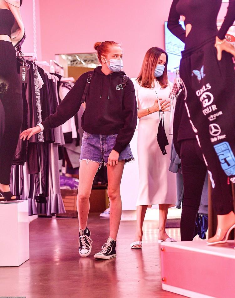 Папарацци сфотографировали Анджелину и ее дочерей, когда они приехали в магазин африканской одежды. Шайло заметно выросла.