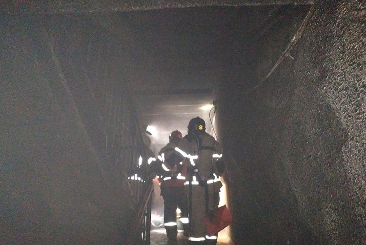 Пожар начался в квартире на втором этаже девятиэтажного дома. Фото: предоставлено пресс-службой ГУ МЧС по Свердловской области