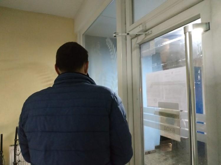 Андрей Нирауца, фигурирующий в деле, согласился отвечать на вопросы журналистов, но разрешил снимать его со спины. Фото: ZdG