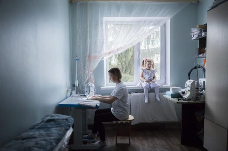 Алина с мамой Татьяной. Татьяна начала шить, после того как Алина заболела, чтобы была возможность работать из дома. Фото: Ольга Карпушина для свет.дети