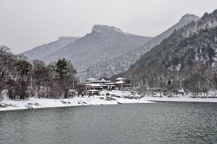Озеро у горы Мангуп