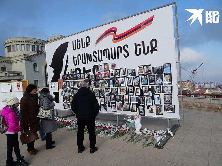 Стенды с фотографиями погибших в войне