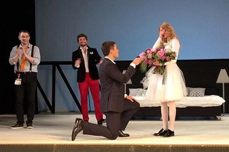 В мае 2015 года Петришин сделал Ходченковой предложение на сцене театра. Фото: Инстаграм.