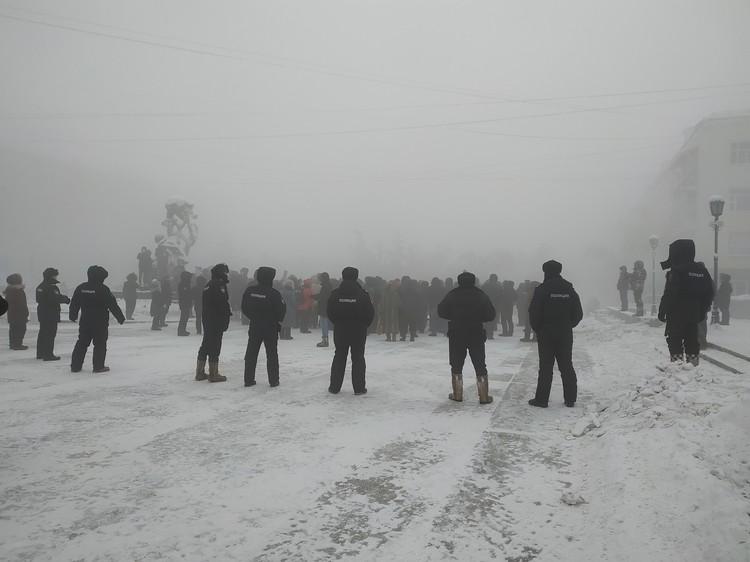 Пара десятков (или чуть больше) горожан вышли на акцию протеста в Якутске, где сейчас -50 градусов по Цельсию.