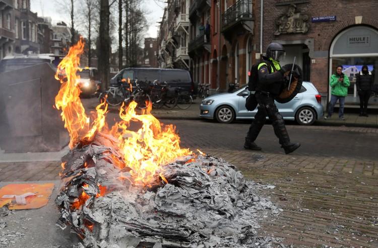 На улицах Амстердама после протеста недовольных мерами карантина.