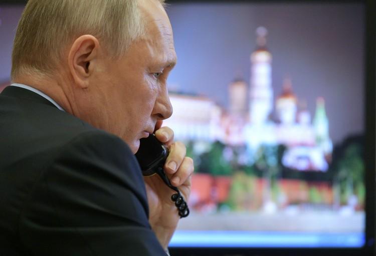 Президент Владимир Путин в рабочем кабинете.