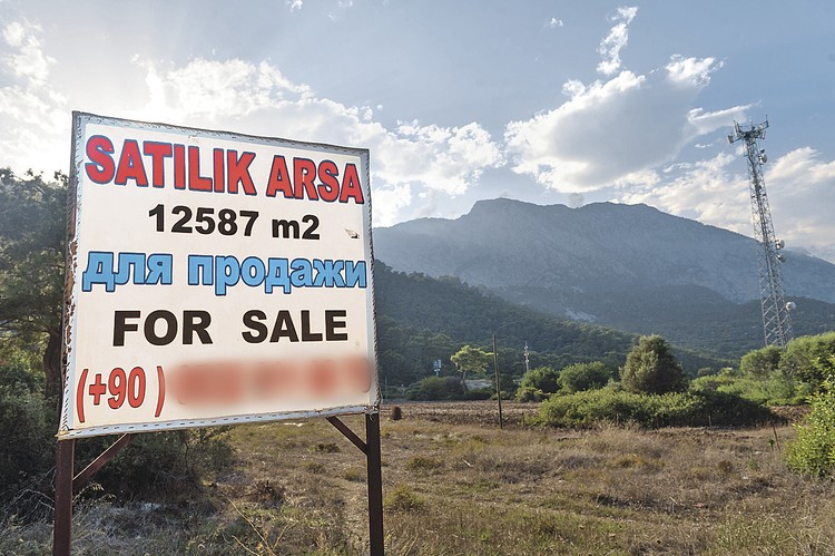 Объявления о продаже домов и участков в Турции сразу пишут на русском, чтобы не оставалось сомнений, кого тут ждут с деньгами.