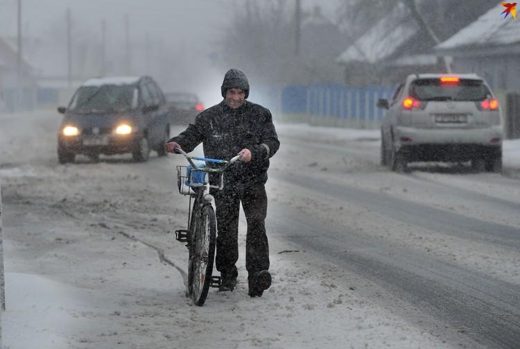 Люди выбирались по делам на своих велосипедах даже в снегопад.