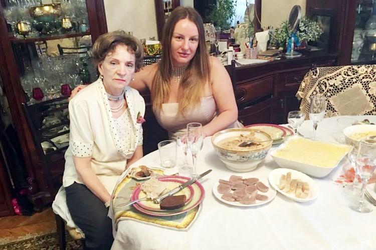 Внучка актера Николая Крючкова Екатерина с бабушкой