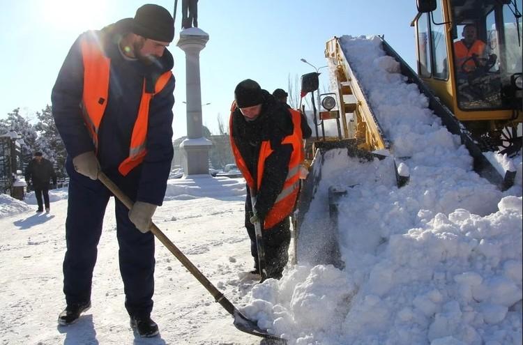 Улицы от снега расчищают 4,5 тысячи коммунальщиков