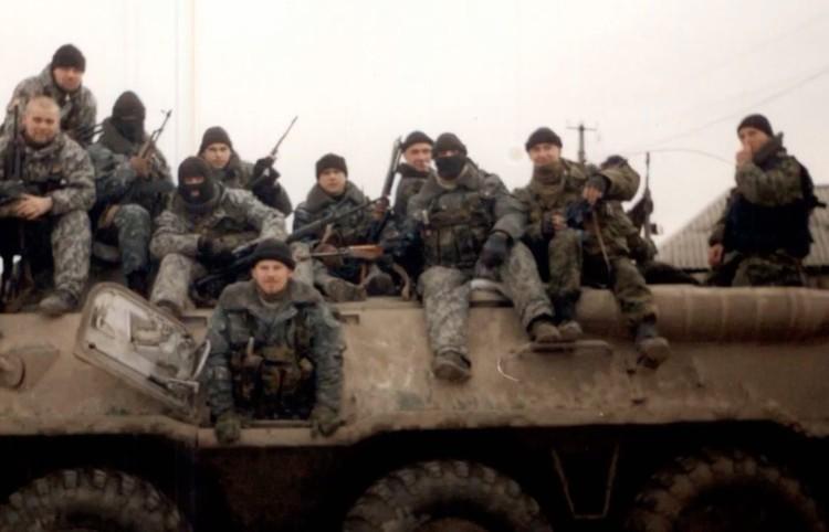 Сергей Одинцов (внизу) и его товарищи по оружию в Чечне. Фото из личного архива