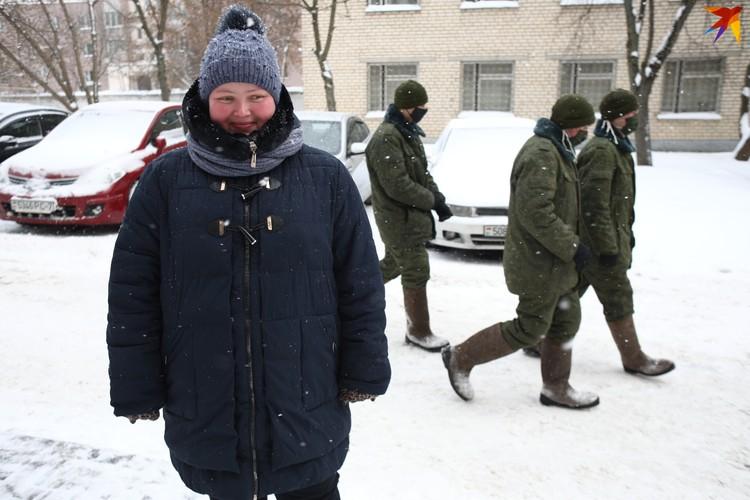 Начальник «ЖЭУ № 6 Московского района Минска» Ольга Белисова координирует работу солдат