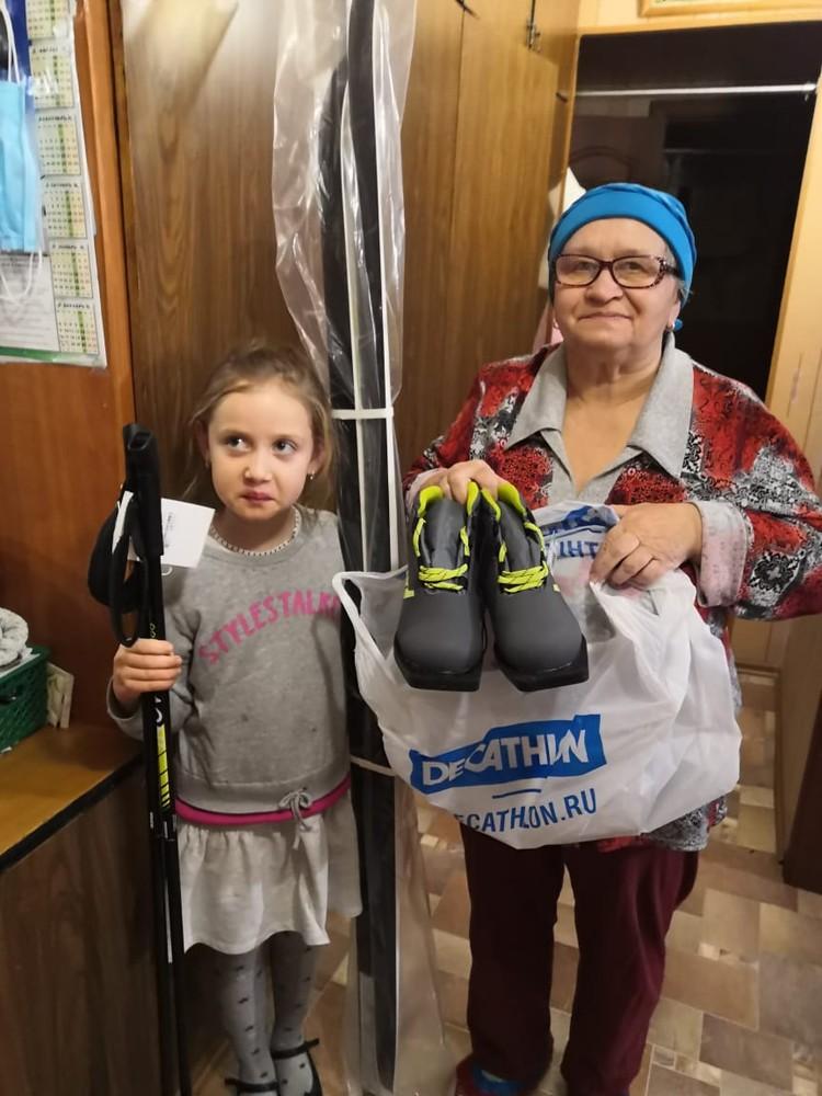 Недавно «Альпари» передал семье Нажии апа комплект лыж с ботинками. Фото: БФ «Альпари»