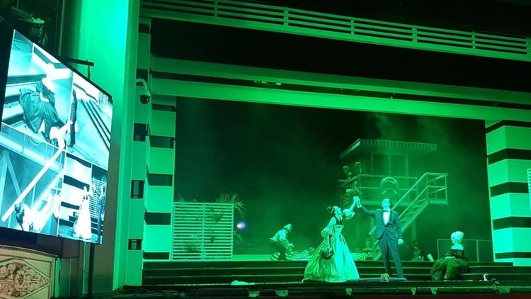 На сцене построили масштабные декорации.