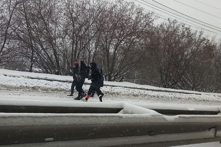 Многие пошли по переправе пешком - так быстрее. Фото: Максим Иванов
