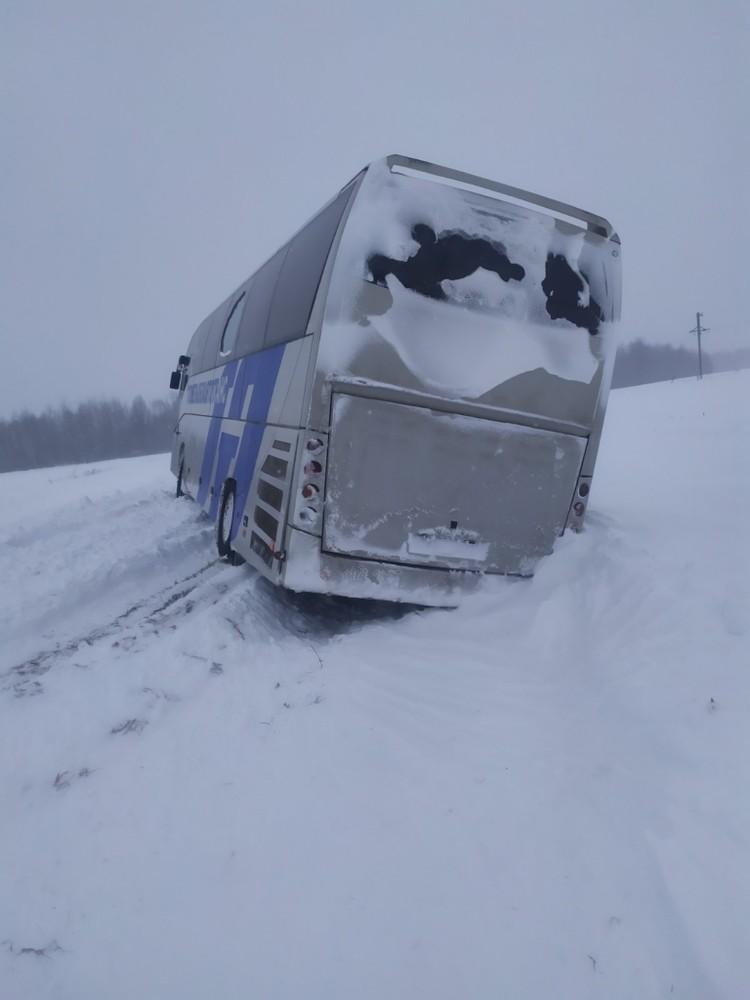 Автобус развернуло на заснеженной дороге. Фото: МЧС