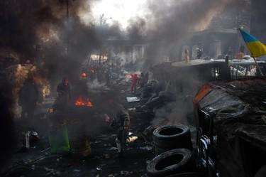 И многих обманывало то, что на Украине комбинации со сменой власти происходили не раз, потом - с обратной сменой. Качели. Но этот Майдан решил застопорить колесо, скрепить его кровью.