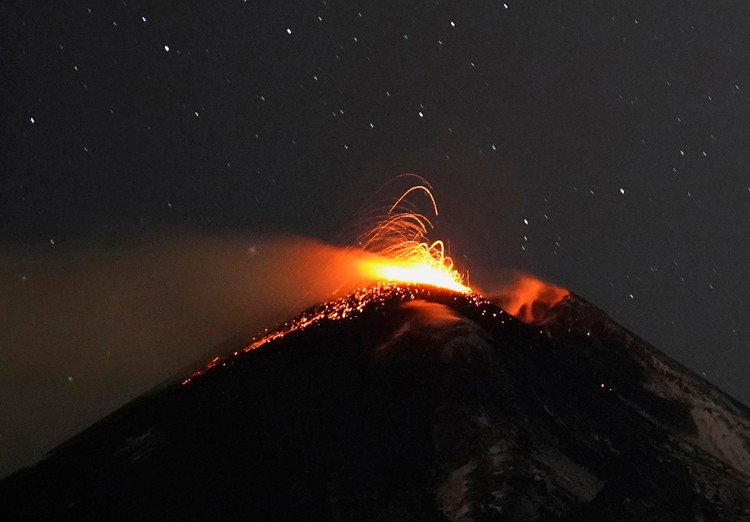 Раскаленная лава извергается из жерла вулкана.