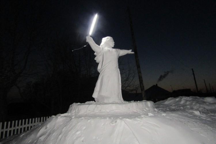 В руках у Родины-матери - светящийся меч. ФОТО: Владимир Степанов.