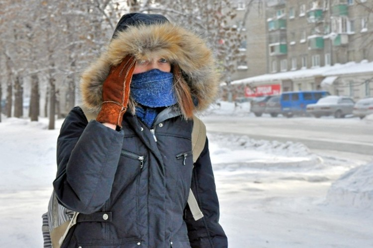 Северяне кутаются как можно теплее, чтобы не заработать простуду.