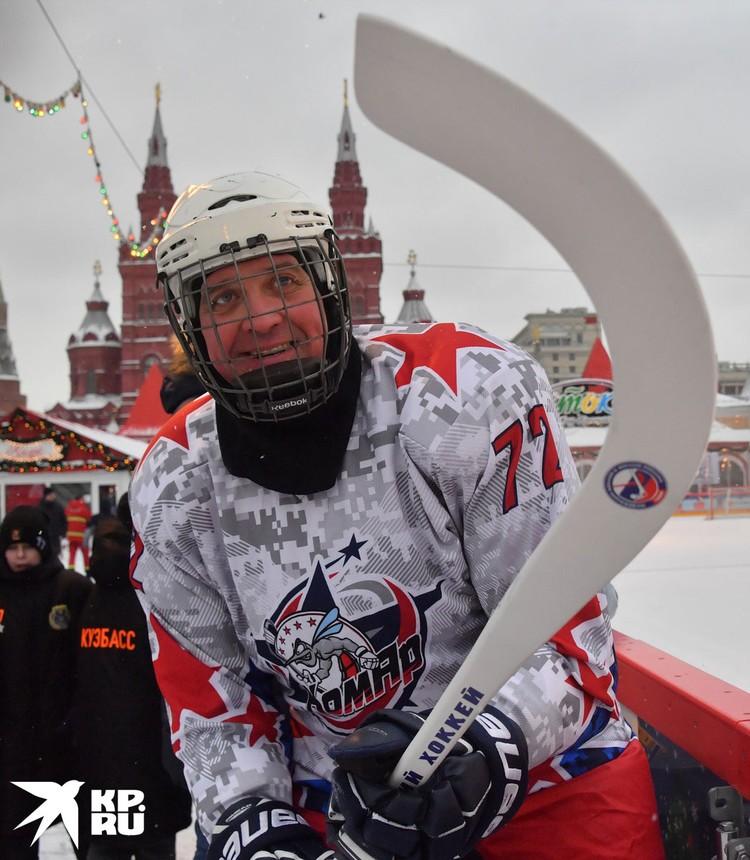 Актер Денис Матросов в канадский хоккей играет отлично, а вот в бенди еще многому надо учиться.