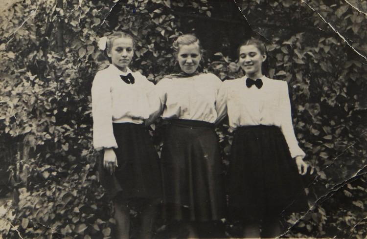 Лина (справа) с подругами в 7-м классе, после выступления на молодежном вечере.