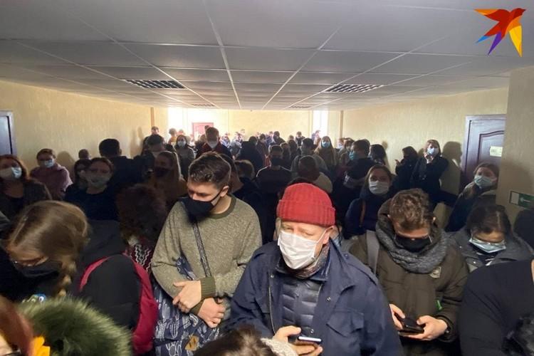 Десятки людей остались ждать у дверей информации из зала суда.