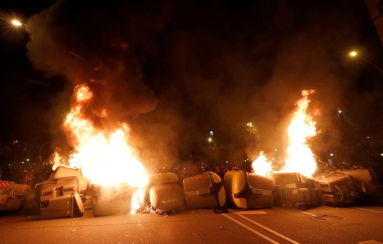 Протестующие в Барселоне сооружают баррикады и поджигают мусорные контейнеры