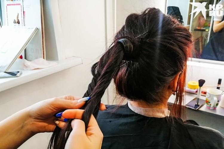 Финальный этап — плетение косички. Фото: Анна ПАШАГИНА
