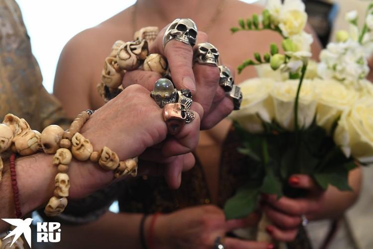 На руке Джигурды - брутальный перстень.