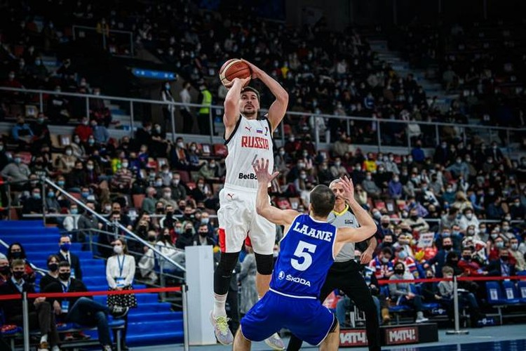 Евгений Бабурин готовится к очередному трехочковому броску. Фото: предоставлено пресс-службой FIBA.