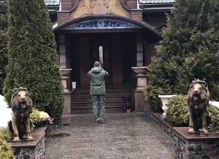 Это гостевой дом. У входа стоят статуи львов.