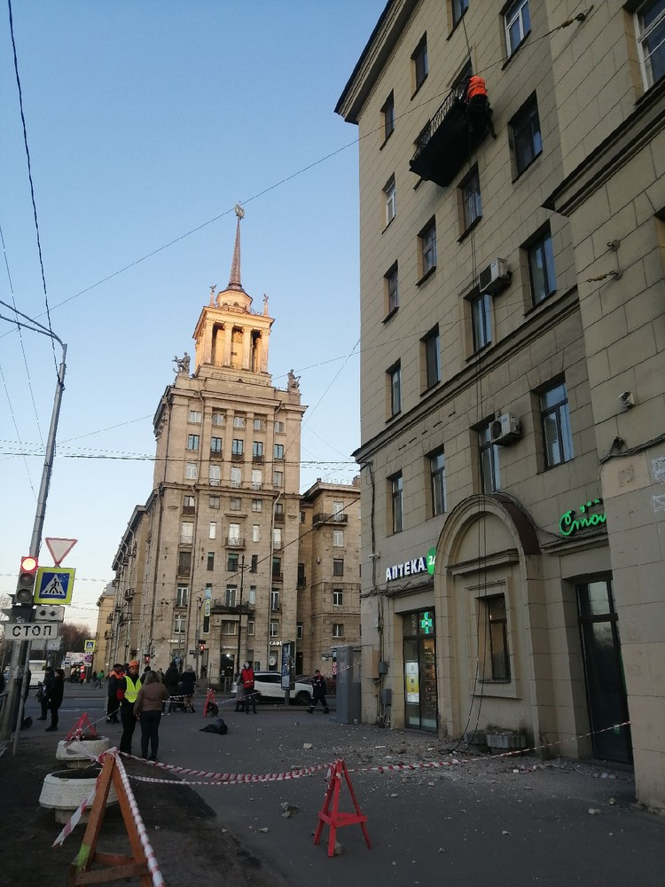 Фасад здания обрушился прямо на ребенка Фото: ДТП и ЧП Петербурга