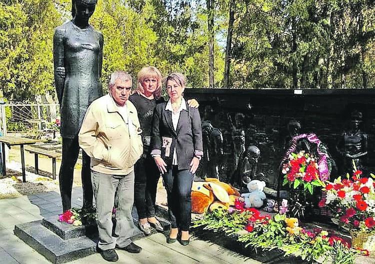 Родственники погибших детей приезжают поклониться мемориалу