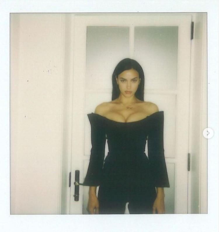 На другом фото она примерила черное платье с глубоким декольте. Фото: Инстаграм.