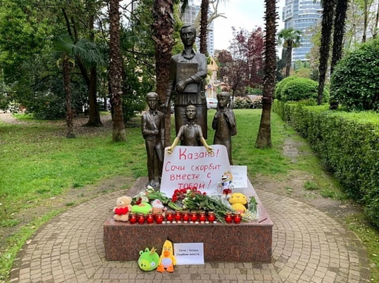 Стихийный мемориал в память о погибших в Казани появился в Сочи у памятника первой учительнице. Фото: sochi.ru