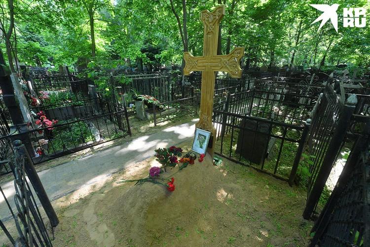 На могиле Армена Борисовича нет даже оградки