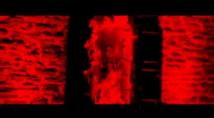 """Апогей видео - МакSим, запертая в пылающем доме. Фото: кадр из клипа """"Спасибо""""."""