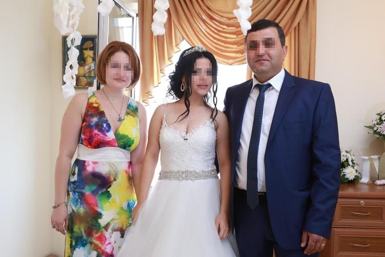 Диана с мужем на свадьбе родственницы (муж справа).