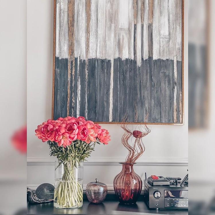 Картины и вазы — элементы декора.