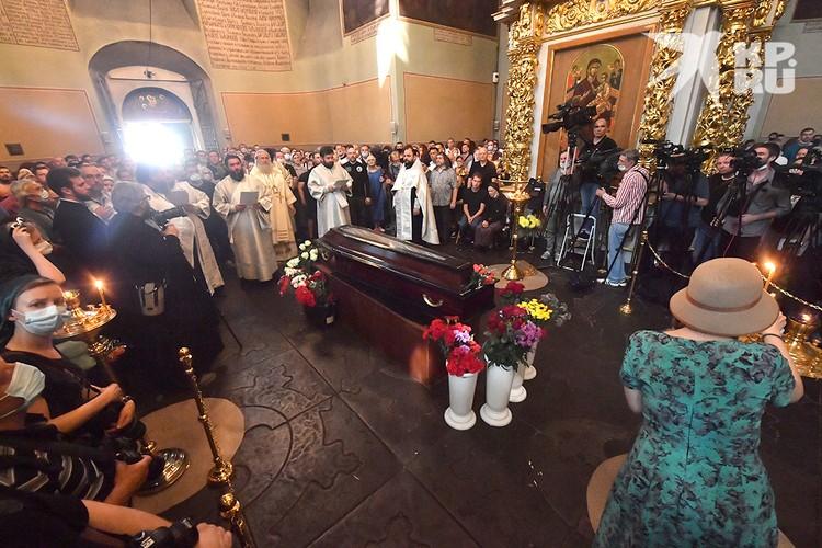 Отпевание Петра Мамонова прошло в Донском монастыре.