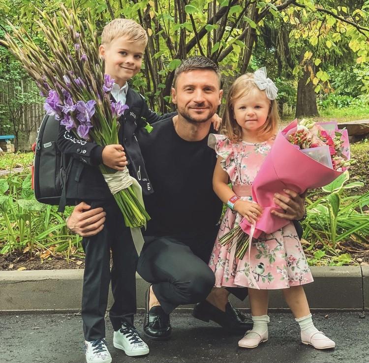 Сергей Лазарев с детьми.