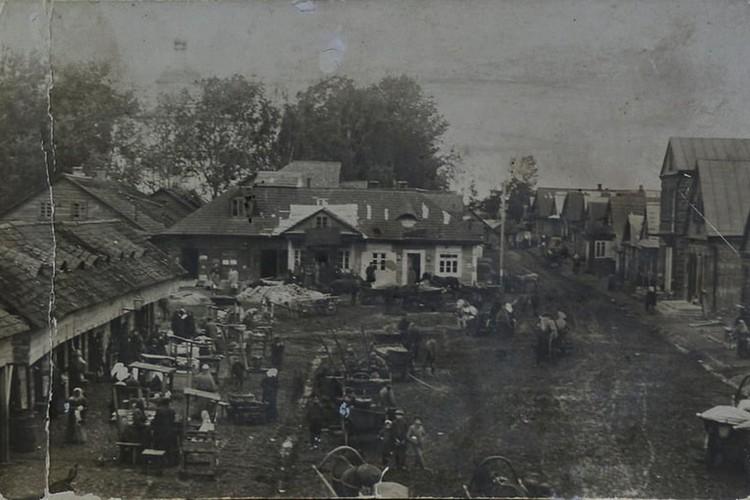Рыночная площадь в Кореличах Вид на церковь и торговые ряды. Начало XX века. Фото из архивов Ларисы ШУГЛИ.