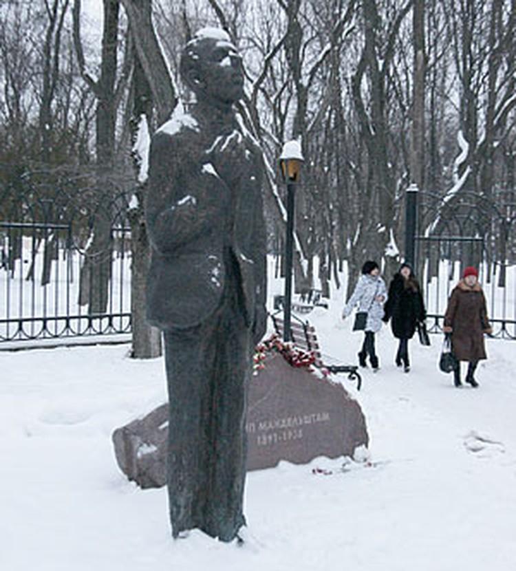 Памятник Осипу Мандельштаму в Воронеже.