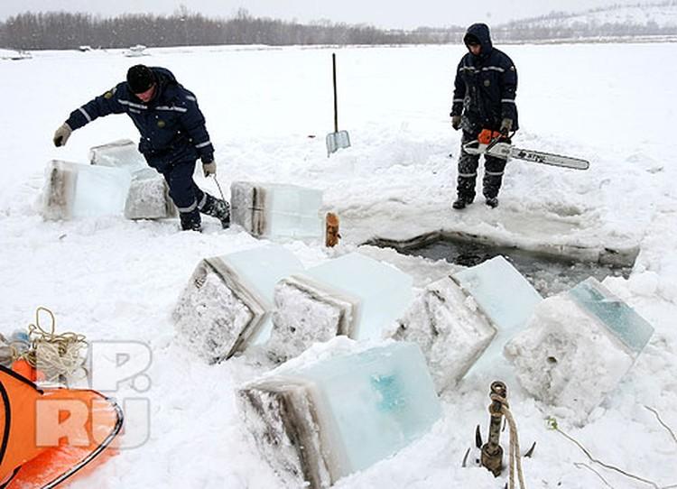 Чтобы расширить прорубь, спастелям приходится ворочать огромные глыбы льда