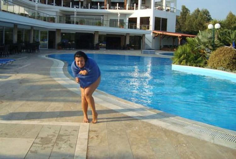 Ирина Левандовская смело позируют в купальнике на фоне отеля. Фото с сайта www.burinfo.org.