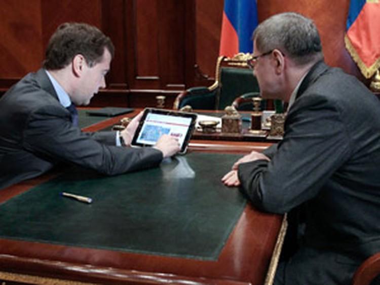 Дмитрий Медведев показал Юрию Чайке на экране iPad рекламу и адреса нелегальных казино.