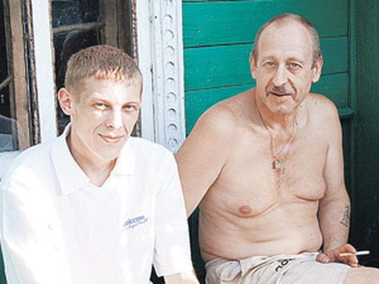 Срок за скинхедов мотал мелкий хулиган и полубомж Максим Руденко (на фото с отцом).