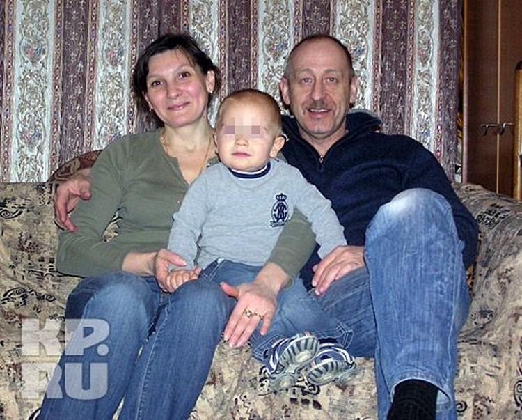 В семье Руденко произошло чудо: в борьбе за сына десять лет назад разведенные супруги Руденко помирились и родили еще одного мальчика. На фото: мама Оксана Владимировна, папа Максим Игоревич, 2-летний Даниил.
